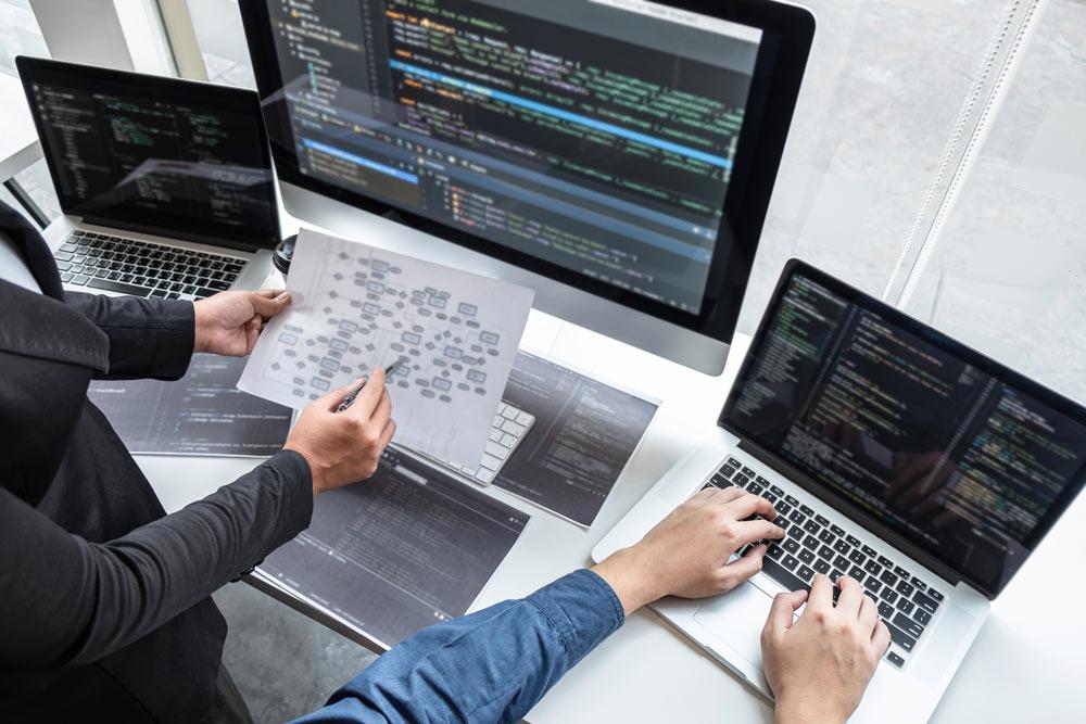 Programadores programando web en varios idiomas